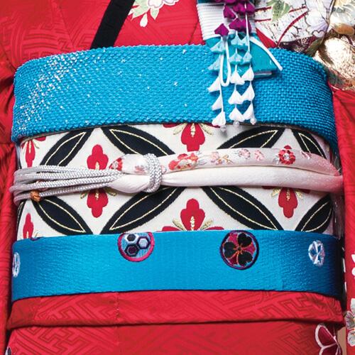 七宝紋様の帯に丸ぐけの帯締めが和の雰囲気を上品にコーディネートされた帯まわり