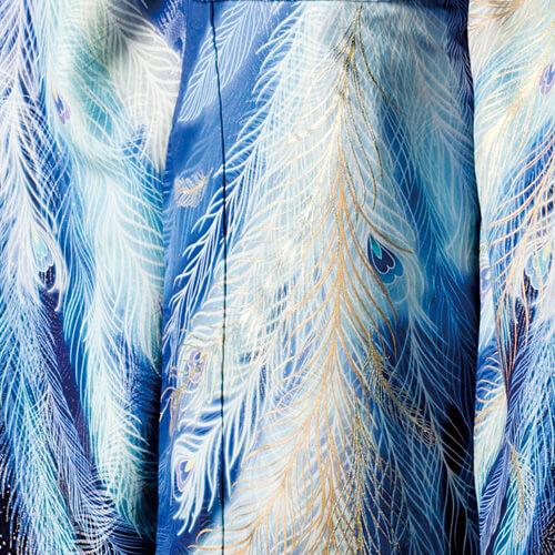 流れるような孔雀の羽根を染めと金彩の柄